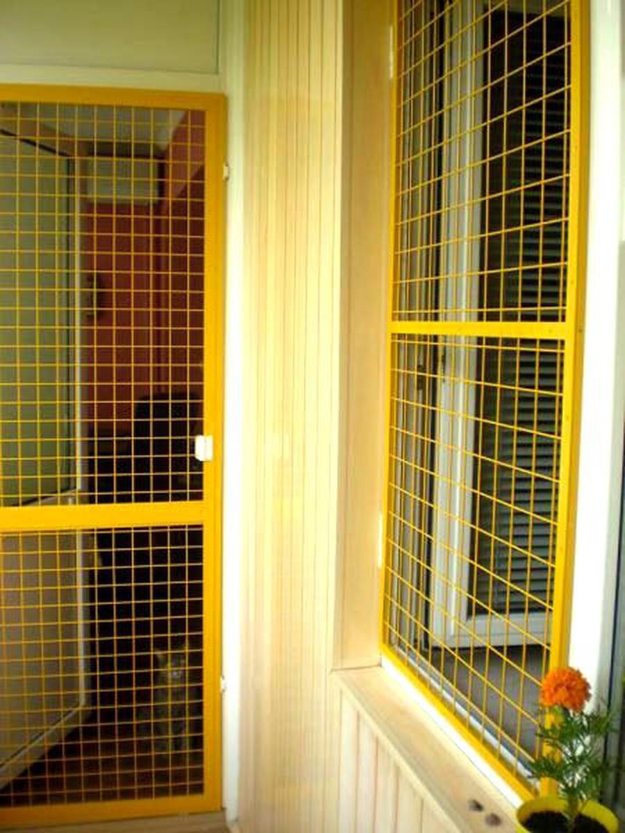 Как установить защитные сетки на балконе..
